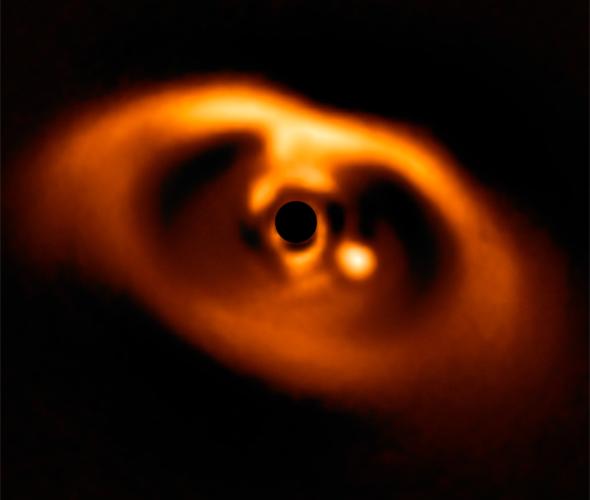 Перша знимка новонародженої планети PDS 70b (світла цятка від чорного круга в центрі) - за 320 світлових років від нас