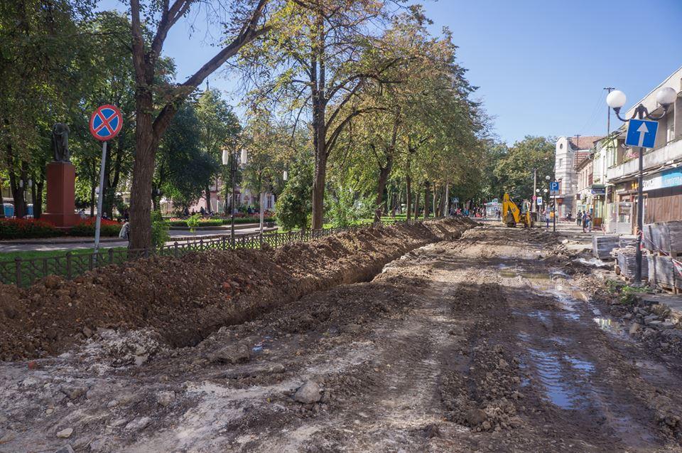 Роботи з реконструкції площі Міцкевича в Івано-Франківську потрібно зупинити через знайдені артефакти, – археологи (відео)