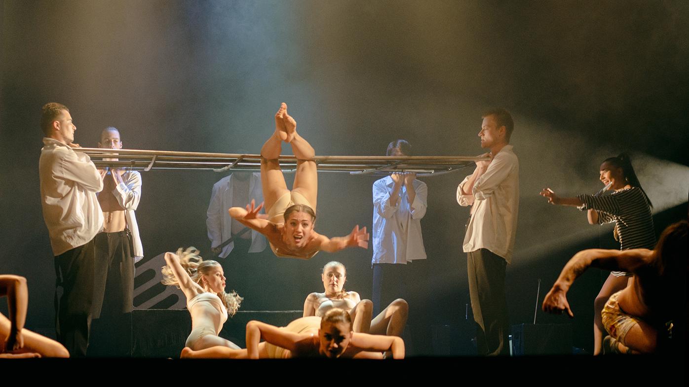 Театр с голыми актрисами, полная версия спектакля с голыми артистами на сцене 1 фотография