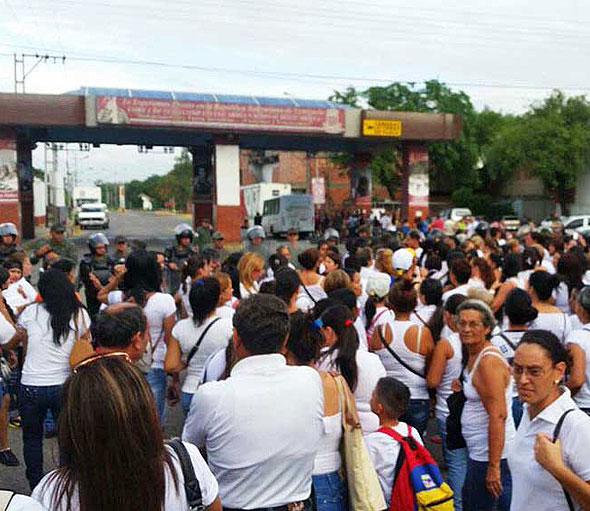 Несколько сотен голодных венесуэлок прорвались через границу Колумбии